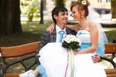 Couples heureux étreignant et se souriant sur le pair de thebackground Image libre de droits