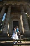 Couples heureux étreignant sur de belles colonnes de fond Images libres de droits