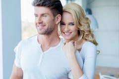 Couples heureux étroits de Moyen Âge dans le blanc Photo stock