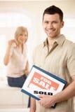 Couples heureux achetant la nouvelle maison Photos stock