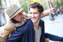 Couples heureux appréciant dans les rues Images libres de droits