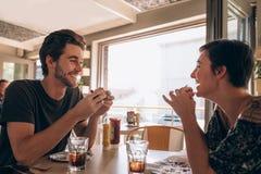 Couples heureux appréciant dans un restaurant Photo stock