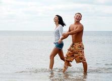 Couples heureux appréciant des vacances Photos libres de droits
