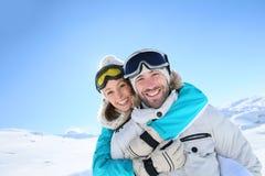 Couples heureux appréciant des vacances d'hiver Photographie stock