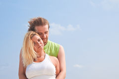 Couples heureux appréciant l'été Photo libre de droits