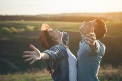 Couples heureux appréciant la nature d'été Photographie stock
