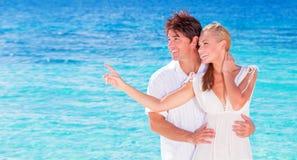 Couples heureux appréciant la plage Photos stock