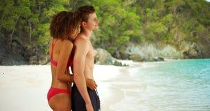 Couples heureux appréciant la plage tropicale ensemble dans les Caraïbe Photographie stock libre de droits
