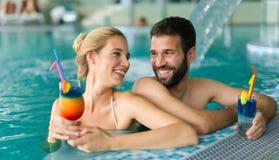 Couples heureux appréciant la station de vacances de bien-être de station thermale images stock