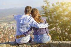 Couples heureux appréciant la vue de ville photo libre de droits