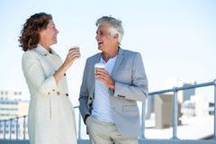 Couples heureux appréciant le café Image libre de droits