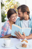 Couples heureux appréciant le café ensemble Photos libres de droits