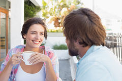 Couples heureux appréciant le café ensemble Photographie stock libre de droits