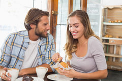 Couples heureux appréciant le café et le gâteau Photo stock