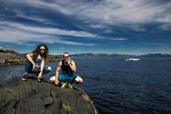Couples heureux appréciant le jour ensoleillé en Norvège Images stock