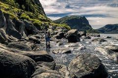 Couples heureux appréciant le jour ensoleillé en Norvège Photographie stock libre de droits