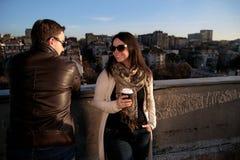 Couples heureux appréciant le soleil sur le toit dans la ville Photos libres de droits