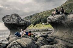 Couples heureux appréciant le temps à côté du Kannesteinen, Norvège Photos libres de droits