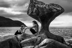 Couples heureux appréciant le temps à côté du Kannesteinen, Norvège Photo libre de droits