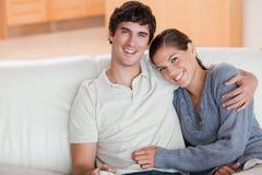 Couples heureux appréciant leur temps ensemble images stock