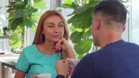 Couples heureux appréciant prenant le petit déjeuner ensemble au restaurant banque de vidéos