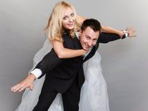 Couples heureux appréciant voler, femelle sur l'homme de retour Photographie stock libre de droits