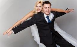 Couples heureux appréciant voler, femelle sur l'homme de retour Photo libre de droits