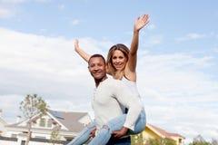 Couples heureux appréciant voler sur la rue Photographie stock libre de droits