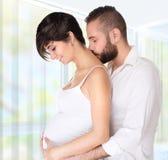 Couples heureux attendant le bébé Photos stock
