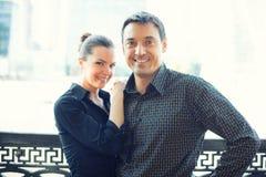 Couples heureux attrayants extérieurs Photo stock