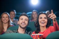 Couples heureux au cinéma. C Photographie stock