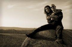 Couples heureux au coucher du soleil Image libre de droits