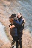 Couples heureux au coucher du soleil Photographie stock