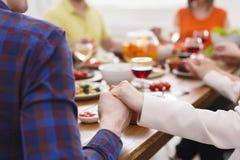 Couples heureux au dîner, plan rapproché de mains Photo stock