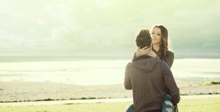 Couples heureux au lac Images stock