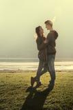 Couples heureux au lac Photographie stock