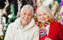 Couples heureux au magasin de Noël Photographie stock libre de droits