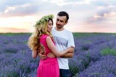 Couples heureux au milieu de gisement de lavande Photo libre de droits