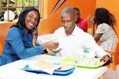 Couples heureux au restaurant photographie stock libre de droits