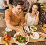 Couples heureux au restaurant Images libres de droits