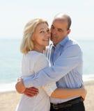 Couples heureux au sourire et à l'étreinte de vacances de mer Image stock