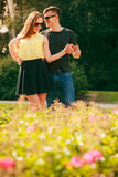 Couples heureux autour des fleurs Images libres de droits