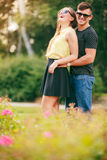 Couples heureux autour des fleurs Photo libre de droits