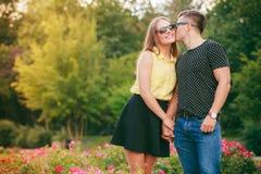 Couples heureux autour des fleurs Images stock