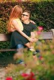 Couples heureux autour des fleurs Photo stock