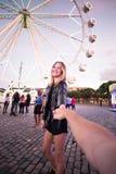 Couples heureux aux mains de prise de carnaval photographie stock