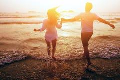 Couples heureux aux vacances d'été Photos stock