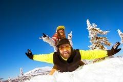 Couples heureux ayant des vacances d'hiver d'amusement photos libres de droits