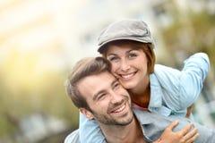 Couples heureux ayant l'amusement à l'extérieur Image libre de droits