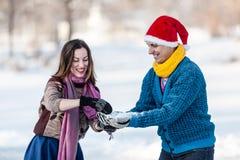 Couples heureux ayant l'amusement à l'horaire d'hiver extérieur Images stock